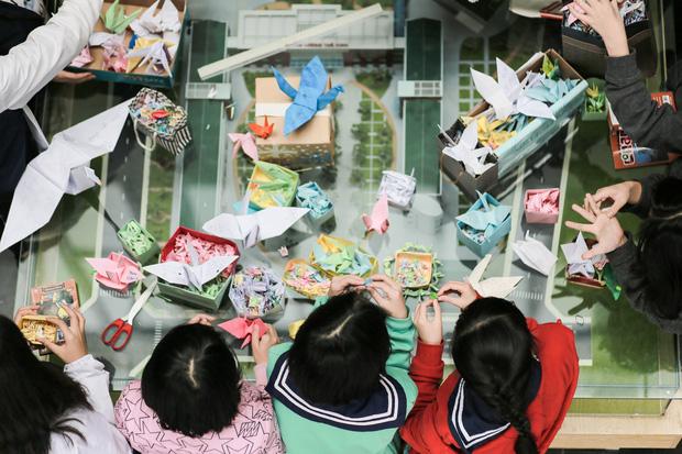 Các em học sinh xếp hạc giấy nguyện ước thầy Cương sẽ khỏe lại...