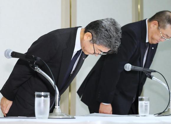 Giám đốc Naoto Umehara của Kobe Steel xin lỗi công chúng