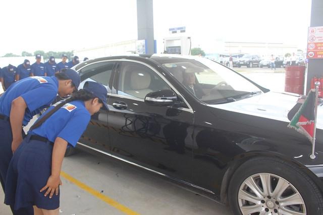 Các nhân viên cây xăng Nhật Bản đầu tiên tại Việt Nam cúi chào khách mỗi khi khách đến đổ xăng và ra về . Nếu khách hàng vào đổ xăng có nhu cầu sẽ lau chùi kính xe cũng được đáp ứng. Ảnh: TRẦN CÔNG ĐẠT