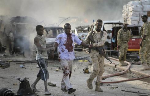 Các binh sĩ giúp đỡ một nạn nhân bị thương trong vụ đánh bom. Ảnh: AP.
