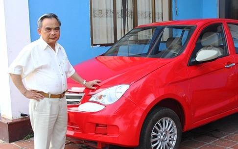 Chủ tịch Vinaxuki Bùi Ngọc Huyên bên chiếc ô tô mang giấc mơ Việt dang dở mang tên VG.