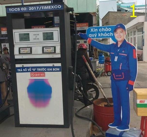 """Hình nhân dựng tại một số trạm xăng to bằng nhân viên, đứng giơ tay """"Xin chào quý khách"""", """"Cảm ơn quý khách""""."""
