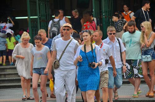 Du khách nước ngoài tham quan tại TP HCM Ảnh: TẤN THẠNH