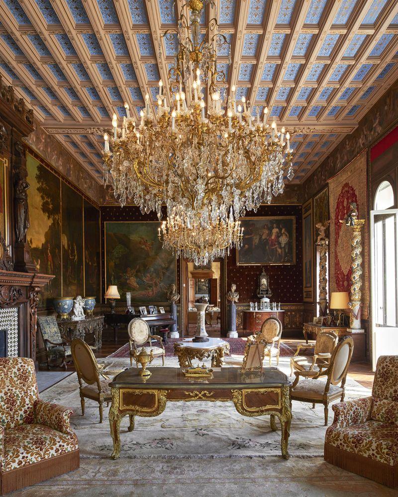 Một phòng khách khác tại Villa Les Cèdres.