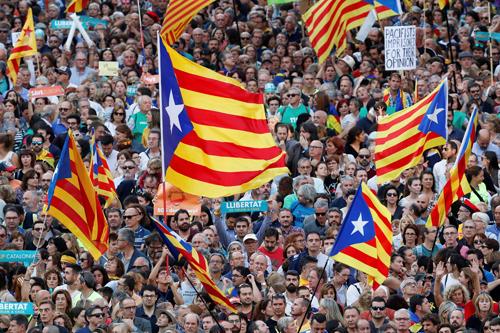 Biển người biểu tình ở Barcelona hôm 21-10 sau khi chính quyền Tây Ban Nha thông báo sẽ cách chức toàn bộ lãnh đạo chính quyền tự trị Catalonia. Ảnh: REUTERS
