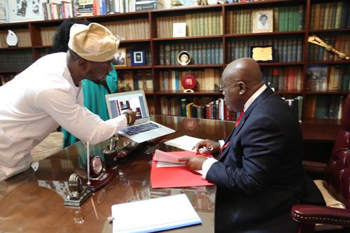 Adebola Williams (trái) và Tổng thống Ghana Nana Addo Dankwa Akufo-Addo Ảnh: STATECRAFT