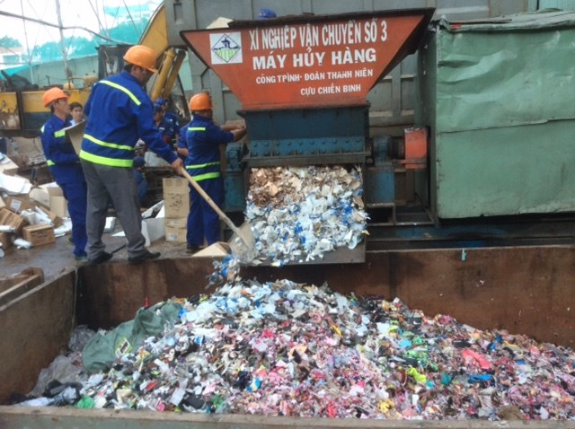 Hàng ngàn loại mỹ phẩm được đem đi tiêu hủy.