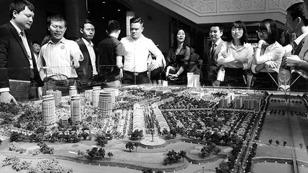 Kiên Giang đề nghị cho phép người nước ngoài được tự do mua bán nhà. Trong ảnh: Khách hàng tìm hiểu dự án bất động sản nghỉ dưỡng đang được xây dựng tại Bãi Trường, Phú Quốc. Ảnh: TL