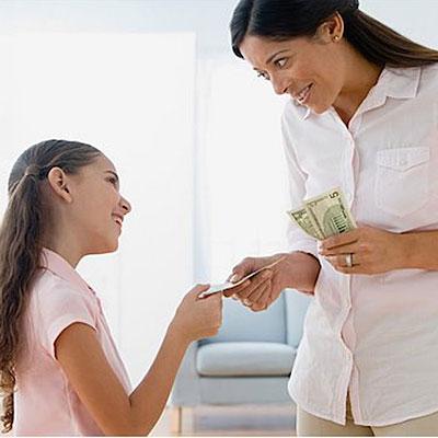 Bố mẹ quá rộng rãi trong việc chi tiêu sẽ khiến các bé trở nên phung phí và ỷ lại. Ảnh minh họa.