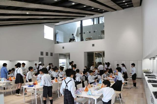 Một bữa trưa đang trong quá trình chuẩn bị trong một ngôi trường tại Nhật Bản.