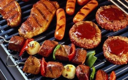 Bữa tối với quá nhiều món thịt, đặc biệt là các món thịt nướng và xông khói mang đến nhiều tác hại cho cơ thể. (Ảnh minh họa: Nguồn Internet).