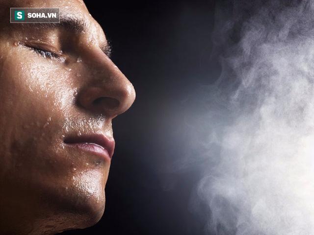 Đông y cho rằng có thể do các nguyên nhân gây đổ mồ hôi như m hư dương thịnh, can dương hóa phong, âm hư sinh nội nhiệt, cơ biểu không vững chắc…