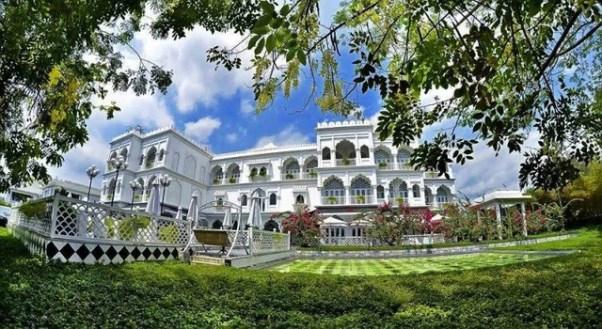 Tọa lạc bên bờ hồ Bán Nguyệt, lâu đài trắng TajmaSago được lấy cảm hứng từ đền Taj Mahal ở Ấn Độ.