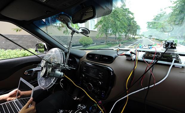 Mạch (phải) và bộ trợ lái trên chiếc xe.