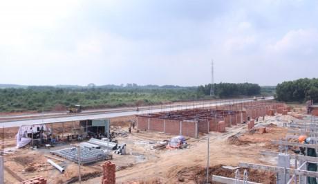 Tuyến đường kết nối thương mại đi qua khu công nghệ cao và trung tâm thương mại Viva Square tới sân bay Long Thành cũng đang được triển khai khẩn trương.