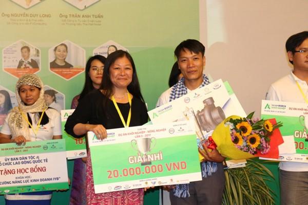 Anh Tuấn nhận giải Nhì trong cuộc thi Khởi nghiệp nông nghiệp lần 3 vào cuối tháng 10.