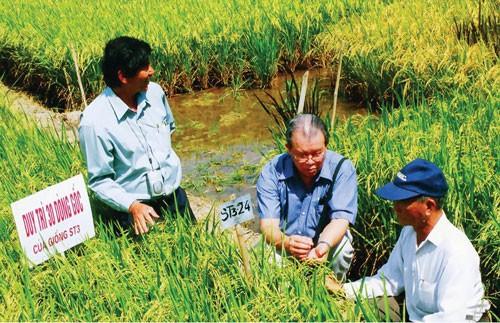 Giáo sư Võ Tòng Xuân (giữa). Ảnh: Tiếp Thị Thế Giới