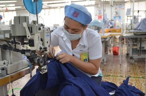Sản xuất hàng may mặc xuất khẩu tại Tổng Công ty May Việt Tiến Ảnh: TẤN THẠNH
