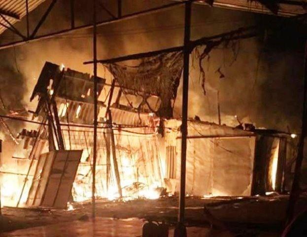 Vụ hỏa hoạn đã thiêu rụi 7 gian hàng. Ảnh:CTV
