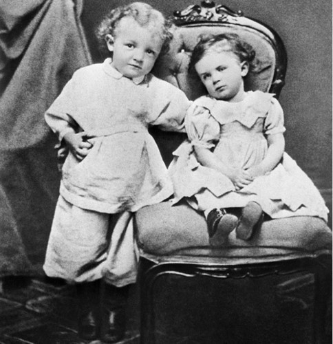 Lenin (bìa trái) hồi còn bé, bên em gái Olga ở quê mình vào năm 1874. Cô mất tháng 4/1917 do bệnh thương hàn. (Ảnh: Tass)