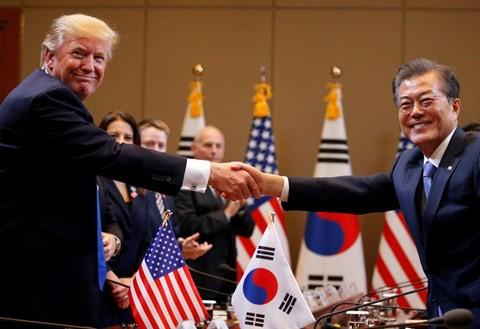 Tổng thống Mỹ Donald Trump (trái) bắt tay với Tổng thống Hàn Quốc Moon Jae-in.