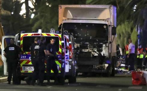 Cảnh sát Pháp có mặt tại hiện trường trong một vụ lao xe tải vào đám đông (Ảnh: CNN)