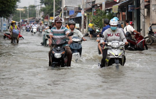 Sau cơn mưa, nhiều tuyến đường tại TP.HCM biến thành sông.