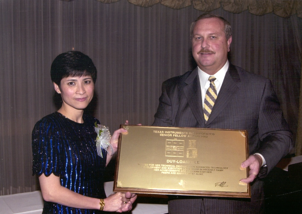 Bà Lê Duy Loan tốt nghiệp kỹ sư điện ở đại học Texas Austin khi mới 19 tuổi và lấy bằng MBA ở đại học Houston năm 1989.
