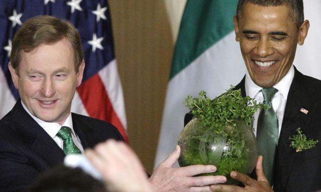 Thủ tướng Ai Len Enda Kenny thân tặng cựu tổng thống Mỹ Barack Obama một bình hoa đựng cỏ ba lá - biểu tượng truyền thống của ngày lễ Thánh Patrick, trong chuyến thăm Nhà Trắng, ngày 19/03/2013. Ảnh: Aol. News