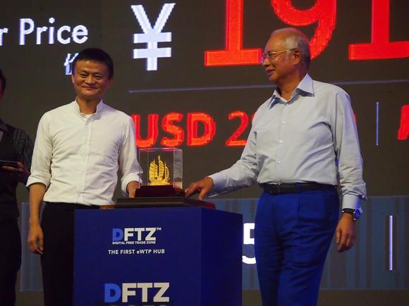 Nhà sáng lập Alibaba Jack Ma (trái) và Thủ tướng Malaysia Najib Razak khởi động nền tảng thương mại điện tử DFTZ ngày 3/11