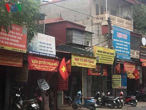 Người dân dãy phố lẻ các con phố Đê La Thành treo băng rôn mong muốn đối thoại có đô thị Hà Nội.