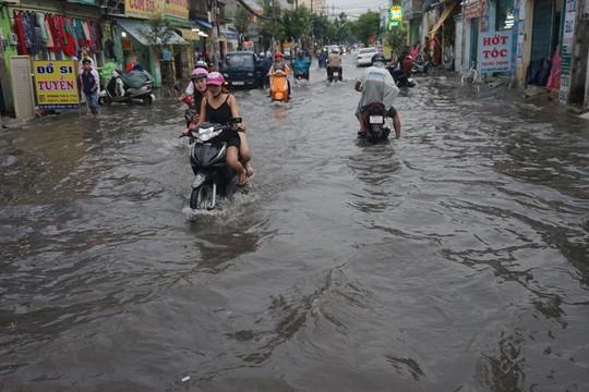 Đường Nguyễn Văn Quá, quận 12, TP HCM mênh mông nước sau cơn mưa chiều 23-5 - Ảnh: Hoàng Triều