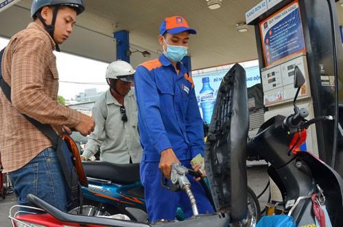 Cách tính thuế bình quân gia quyền đang gây bất lợi cho doanh nghiệp nhập khẩu xăng dầu Ảnh: Tấn Thạnh