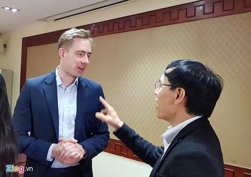 Quyền Giám đốc Uber Việt Nam Tom White cũng tham gia cuộc họp tại Hà Nội. Ảnh: Zing.