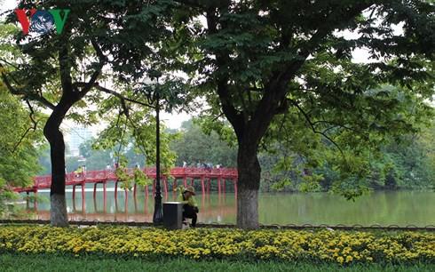Hồ Hoàn Kiếm - viên ngọc xanh giữa trung tâm Thủ đô.