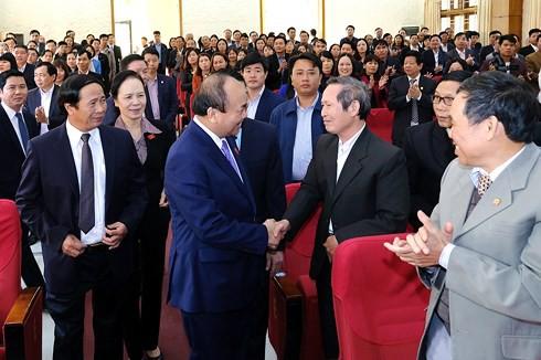 Thủ tướng Nguyễn Xuân Phúc trò chuyện với các cử tri. Ảnh: VGP/Quang Hiếu