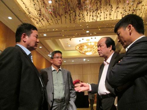 Bộ trưởng, Chủ nhiệm Văn phòng Chính phủ Mai Tiến Dũng (thứ 2 từ phải qua) trao đổi với các đại biểu bên lề hội nghịẢnh: Ngọc Ánh