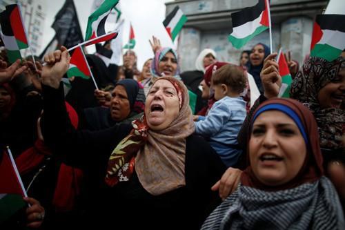 Phụ nữ Palestine ở Dải Gaza biểu tình phản đối chính sách của Tổng thống Mỹ Donald Trump đối với Jerusalem hôm 6-12 Ảnh: REUTERS