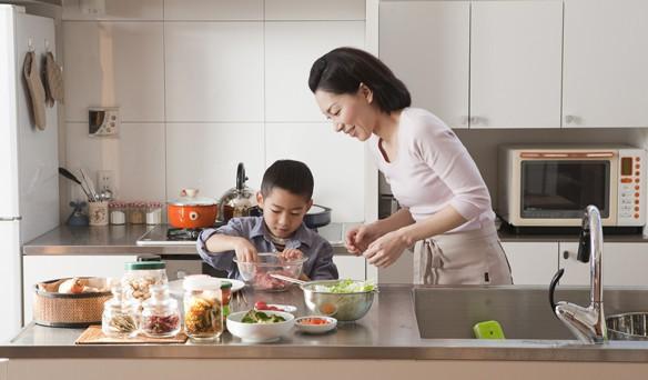 Nấu ăn giúp bé hoàn thiện kĩ năng và phát triển toàn diện hơn (Ảnh minh họa).