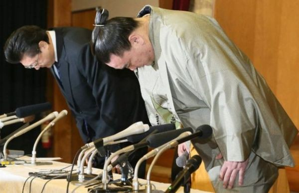 Võ sĩ Harumafuji tuyên bố sẽ chấm dứt sự nghiệp và cúi đầu xin lỗi trong buổi họp báo.