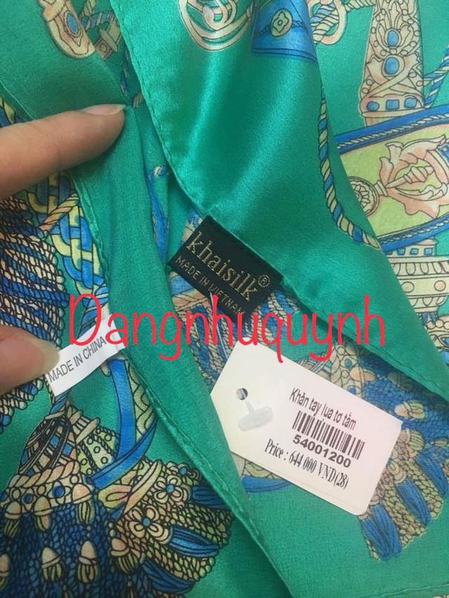 Hình ảnh chiếc khăn lụa gắn 2 nhãn mác của Khaisilk