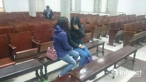 Hai nữ bị cáo Đinh Thị Hồng Vinh và Đoàn Thị Luyến ôm nhau khóc nức nở sau khi Tòa tạm nghỉ phiên xét xử sáng 13/12.