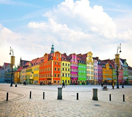 Wroclaw, Ba Lan, thành phố có hơn 635.000 người. Các tòa nhà ở đây được sơn màu sặc sỡ như bảy sắc cầu vồng.