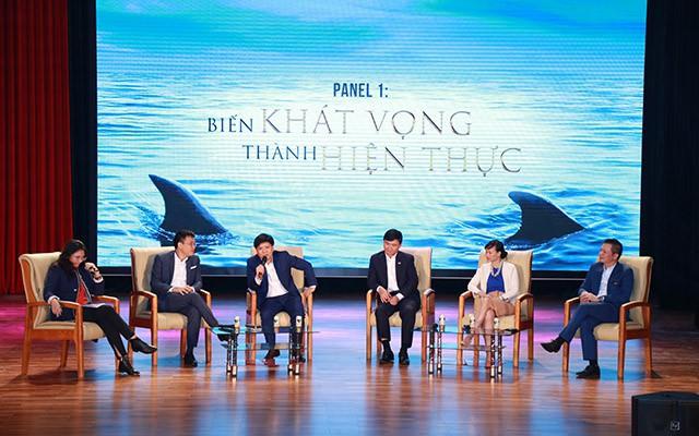 Shark Thuỷ (thứ 3 từ trái sang) trong chương trình giao lưu giữa các Shark với hơn 4.000 sinh viên Hà Nội vào cuối tuần trước.