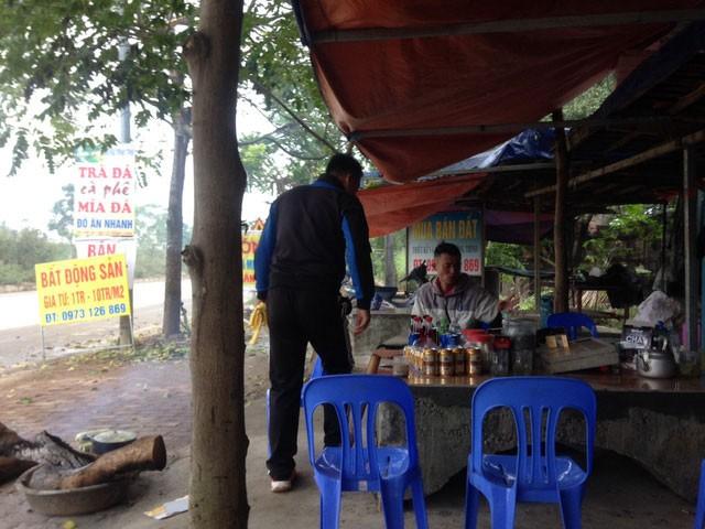 """Nhiều quán nước nằm sát đường Láng Hòa Lạc cũng được tận dụng trở thành """"văn phòng"""" môi giới bất động sản . Ảnh:CT"""