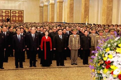 Nhà lãnh đạo Triều Tiên Kim Jong-un tới viếng lăng Kumsusan hồi đầu năm nay.