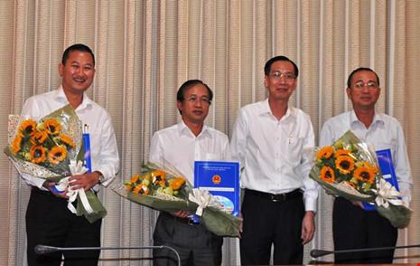 Phó Chủ tịch Lê Thanh Liêm trao quyết định cho ông Trần Phú Lữ và các nhân sự khác.