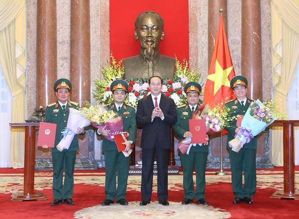 Chủ tịch nước trao Quyết định cho 4 Thượng tướng. Ảnh MOD