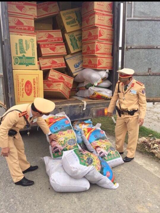 Lực lượng CSGT tiến hành kiểm tra số lượng hạt hướng dương Trung Quốc nhập lậu vào Việt Nam