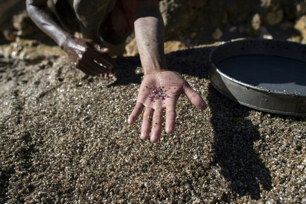 Giá ruby dự kiến sẽ tăng sau khi Mỹ dỡ bỏ lệnh cấm nhập khẩu đá quý từ Myanmar. Ảnh: AFP.